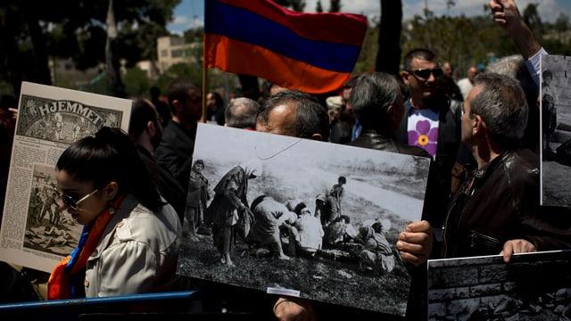 Ein armenischer Demonstrant hält ein Bild des Genozids an Armenier durch die Türken.