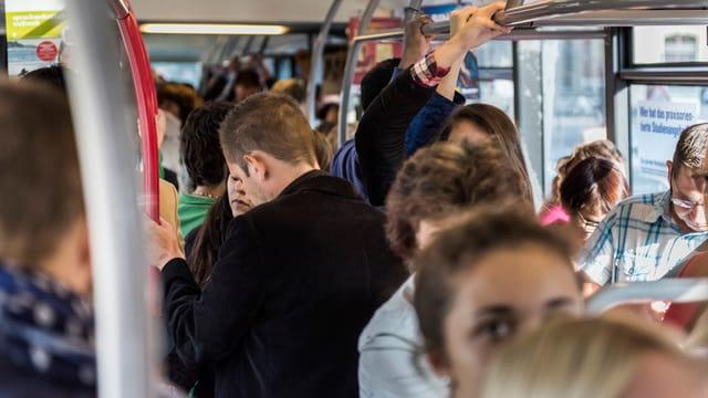 Menschenmenge in einem Bus