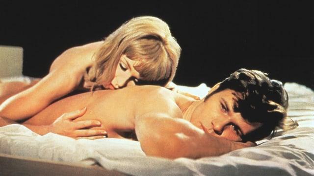 Filmplakat: Liebespaar im Bett