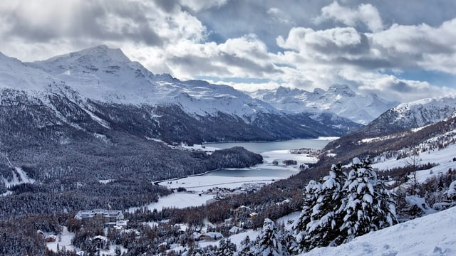 Oberengadiner Seen, links und rechts verschneite Berge
