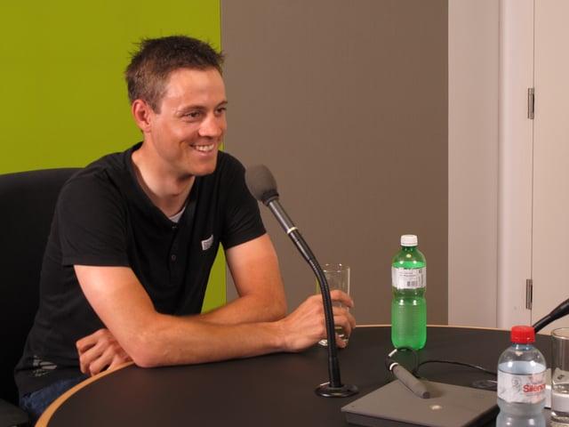 Junger Mann in Radiostudio