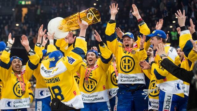 Giugaders dal Club da hockey da Tavau giubileschan.