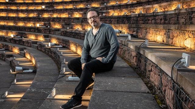 Rafael Lozano-Hemmer sitzt im Amphitheater in Augusta Raurica