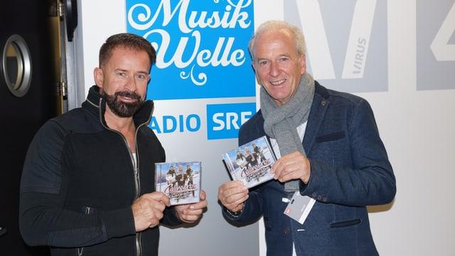 Leonard und Roland Eberhart halten die neue CD von den Calimeros in der Hand.