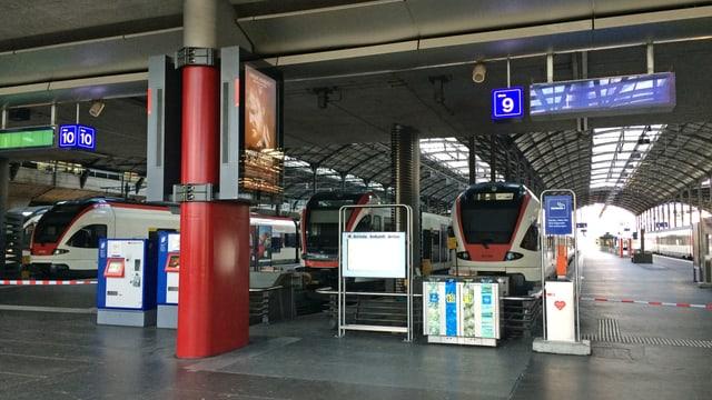 Mehrere Züge, welche an einem Bahnhof stehen.