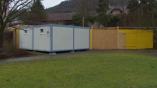 Mehrere Baucontainer nebeneinander