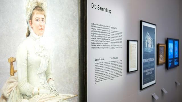 Blick in eine Ausstellung: auf der Wand hängen Bilder und Gemälde.