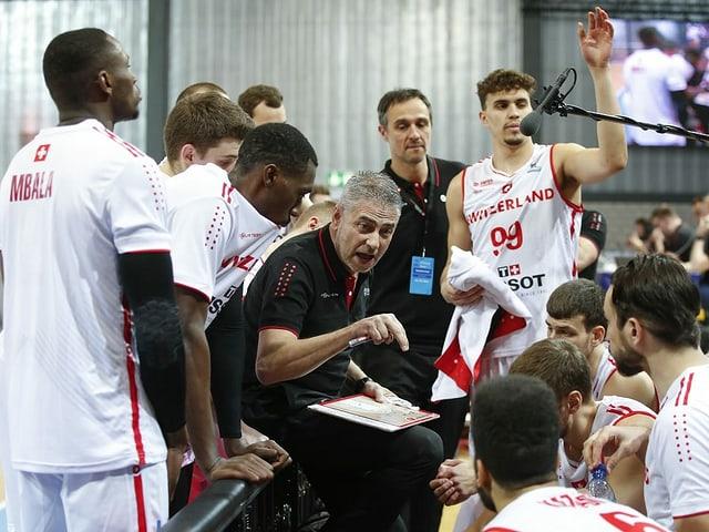 Trainer Gianluca Barilari erklärt den Schweizn die Taktik.