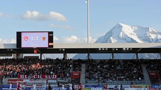 Blick ins Stadion, mIt Niesen im Hintergrund.