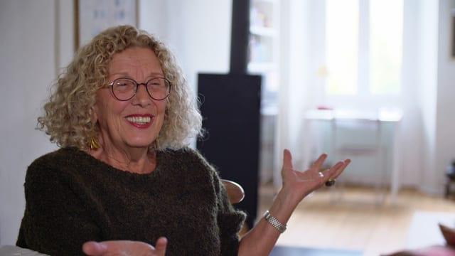 Ältere, lachende Frau mit blonden Locken.