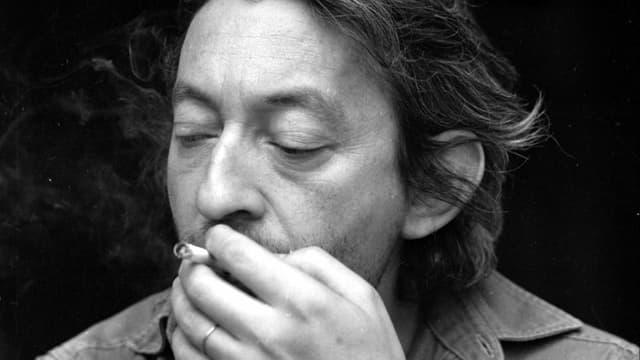 Serge Gainsbourg raucht. Er hat die Augen zu.