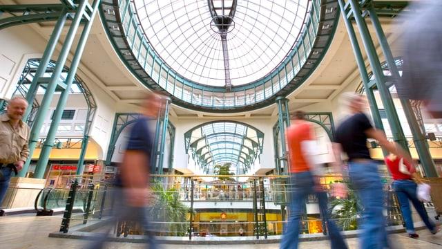 Menschen in einem Einkaufszentrum.