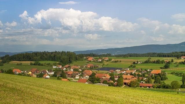 Ein kleines Dorf mitten im Grünen.