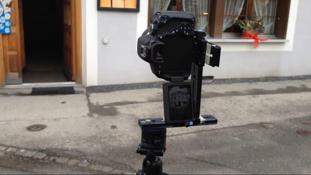 apparat da fotografar cun stativ