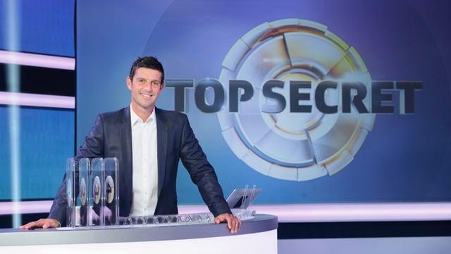 Der Moderator Roman Kilchsperger vor dem «Top Secret»-Logo