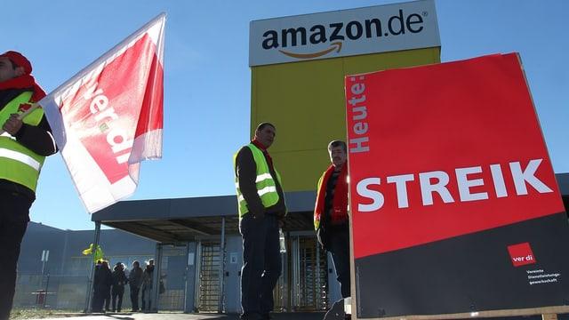 Streikende mit Fahnen vor dem Verteilzentrum in Bad Hersfeld.