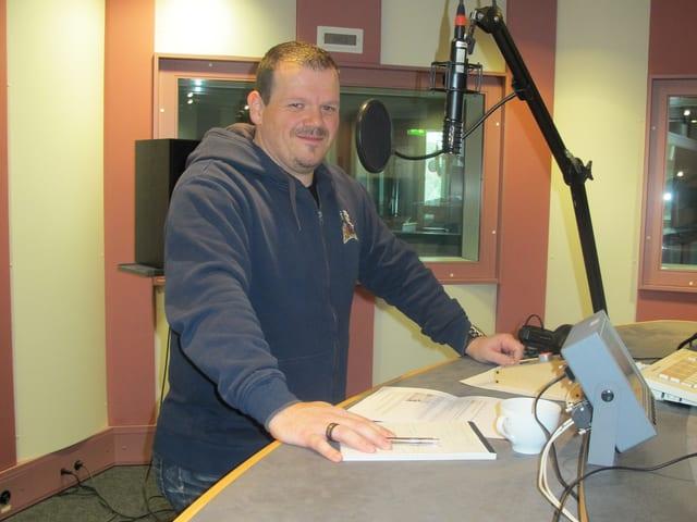 Fabian Bächli im Interview im Studio des Regionaljournals Aargau Solothurn von Radio SRF.