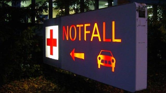 Eingang der Notfallstation in der Nacht.