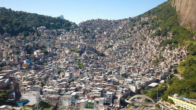 Favela, viele Gebäude aus der Luft fotografiert.