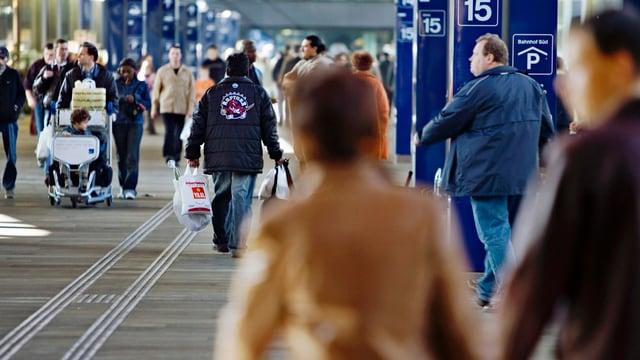 Immer mehr Menschen kommen nach Basel (Bild zeigt die Passerelle im Bahnhof SBB).
