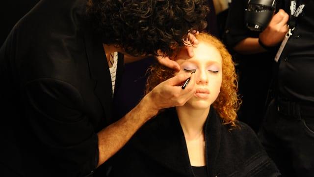 Anna Ermakova wird geschminkt