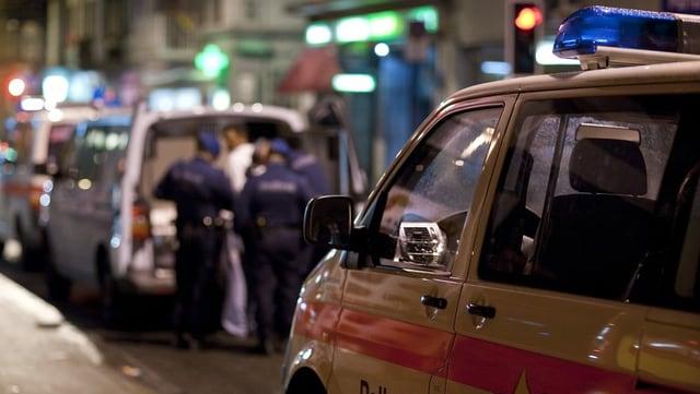 Die Polizei kontrolliert an der Zürcher Langstrasse verdächtige Personen.