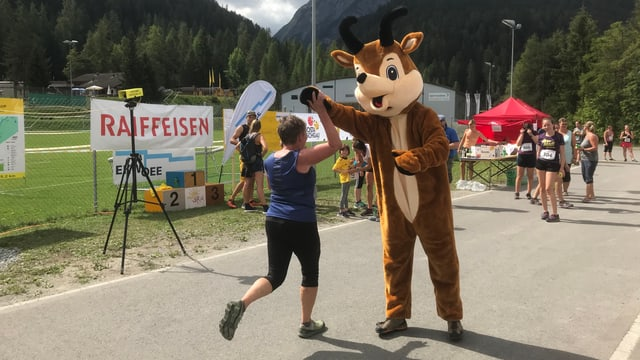 Il mascottin «Gianni» tar la cursa da stad a Scuol.
