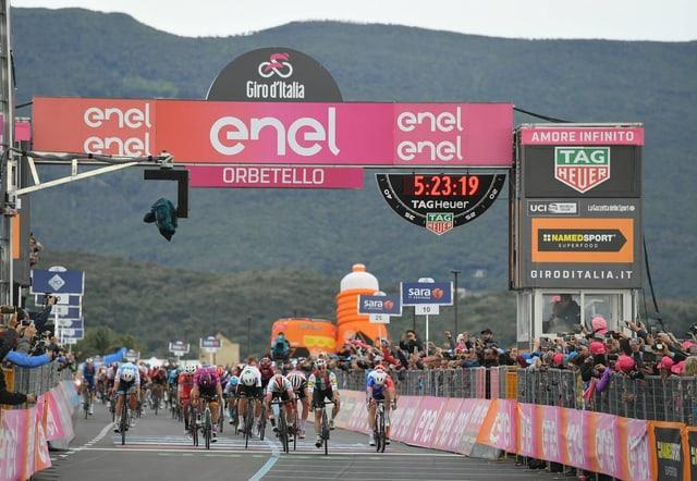 Viviani überquert die Ziellinie in Orbetello als Erster.