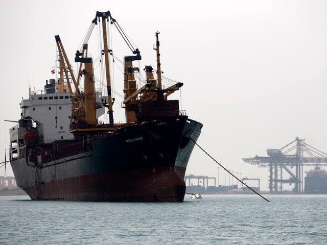 Schiff an einem südjemenitischen Hafen
