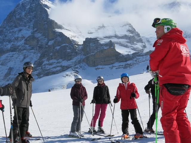 Skifahrer und Skilehrer.
