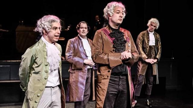 Männer auf Bühne
