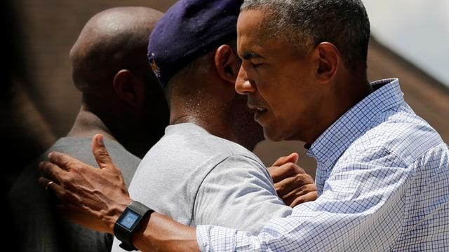 Obama umarmt Mann