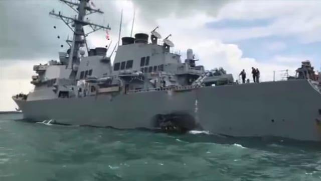 Ein Loch in der USS John S. McCain.