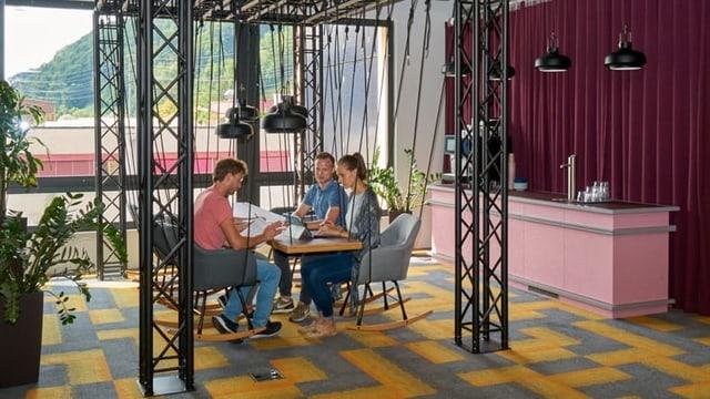 Ein hängender Tisch und hängende Stühle für Sitzungen.
