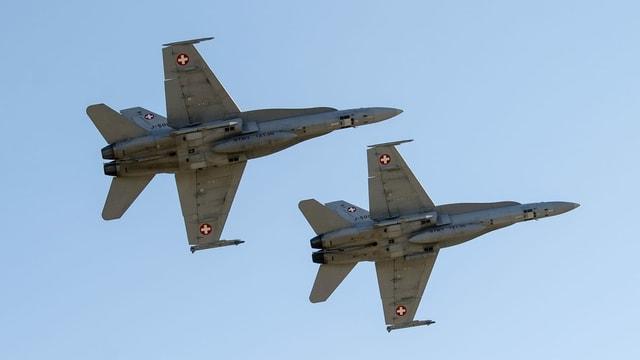 Dus aviuns da cumbat da l'armada svizra F/A-18.