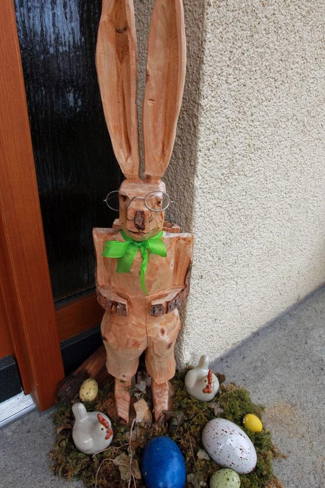 Hase mit Brille aus Holz geschnitzt.