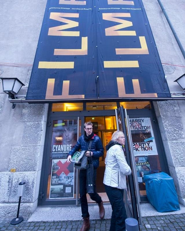 Besucher der Solothurner Filmtage vor einem Kino-Eingang.