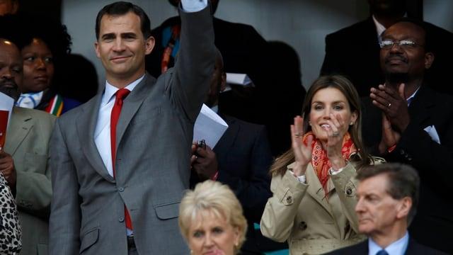 König Felipe und Königin Letizia im Publikum an einem Sportanlass.