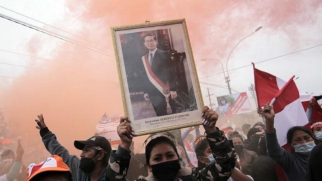 Die Anhänger von Keiko Fujimori verehren auch ihren Vater, Alberto Fujimori. Er sitzt eine lange Haftstrafe wegen Korruption ab.