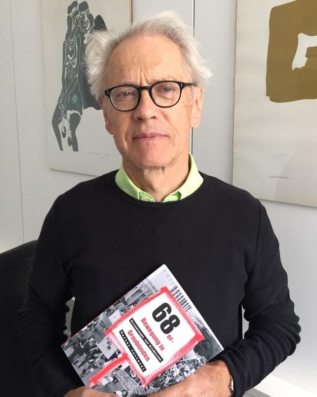 Portrait eines Mannes mit Buch in der Hand