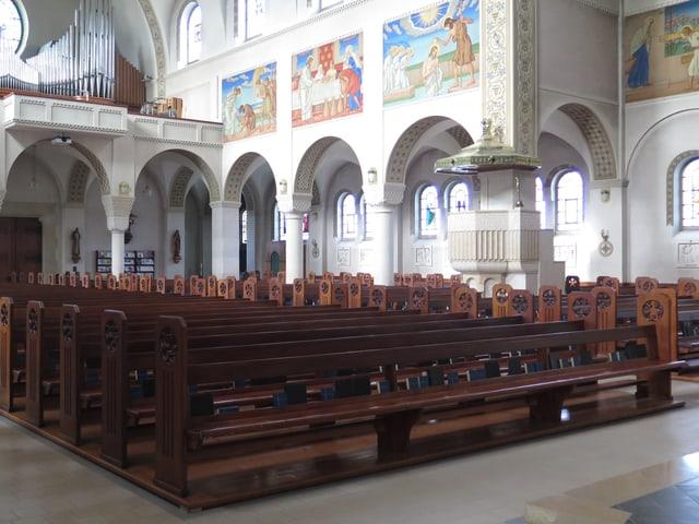 Stuhlreihen in der katholischen Kirche Romanshorn