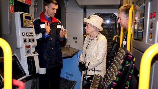 Die Queen lässt sich den Führerstand erklären.