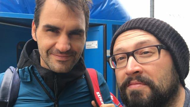 Roger Federer posiert zusammen mit Radiomoderator Luk von Bergen.
