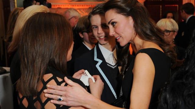 Herzogin Catherin fasst einer Frau tröstend an die Schulter