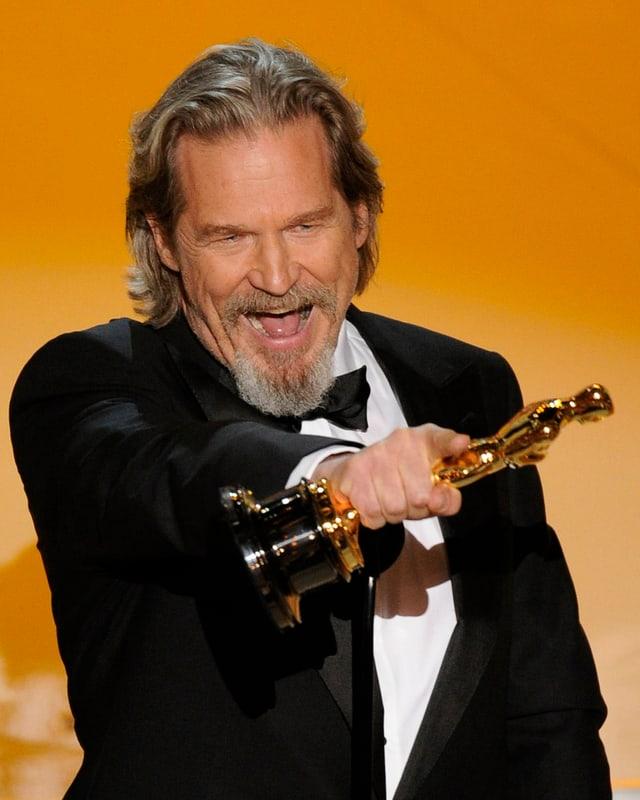 Jeff Bridges mit dem Oscar in der Hand.