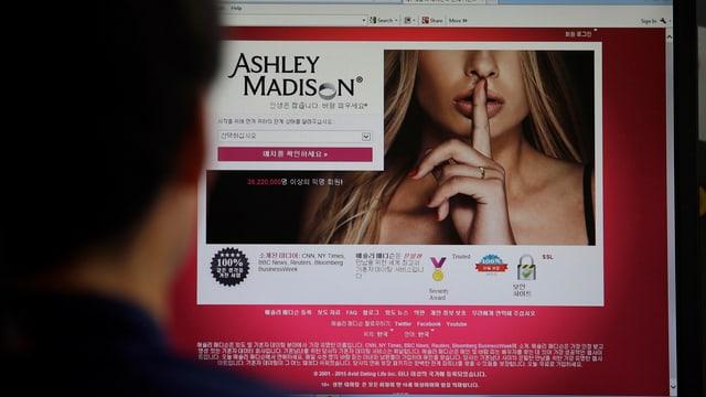 Die Homepage mit dem Bild einer Blondinen, die den Zeigefinger vor den Lippen hält.