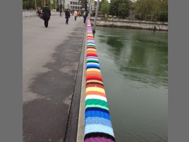 Brückengeländer Handlauf mit Wollenmustern in allen Farben