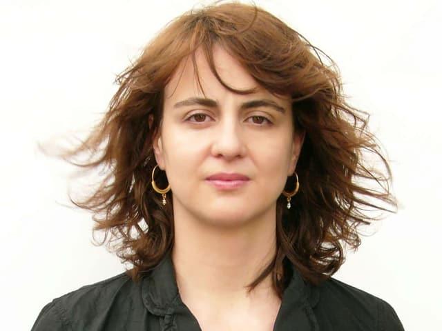 Porträt von Andrea Štaka mit goldenen Ohrringen.