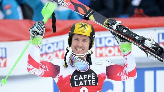 Marcel Hirscher tegna ad aut ses skis.