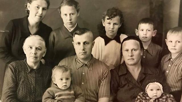 Das Schwarzweiss-Foto einer vielköpfigen Familie.